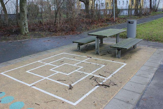 Mühle-Spiel_beim_Spielplatz_Süderlücke_(Flensburg-Mürwik)